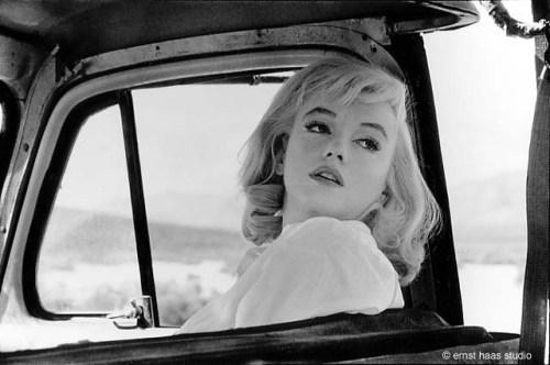La imagen muestra una fotografía hecha a través de la ventanilla de una camioneta. Se ve el primer plano de la actriz apoyada en el asiento, mirando hacia atrás y con la mirada perdida. Pulse para ampliar.