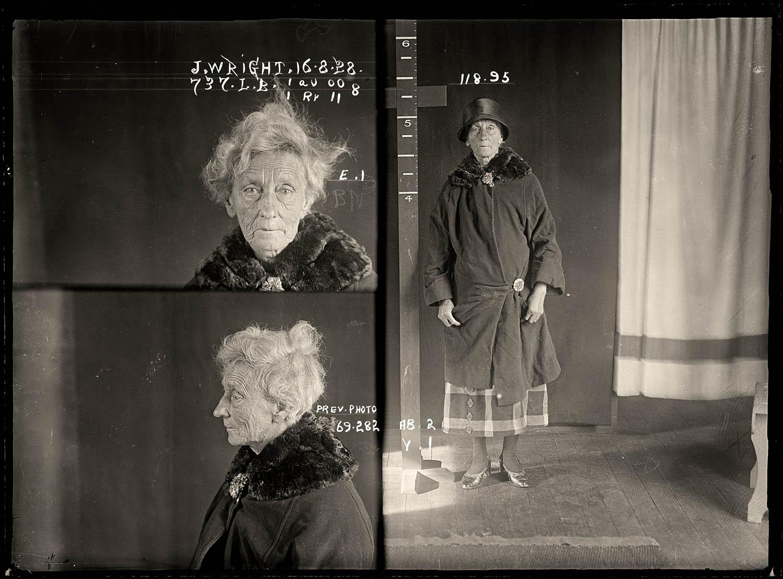 La imagen muestra una fotografía triple. En la parte izquierda superior aparece la fotografía del rostro de Jane Wright. Tiene el pelo muy blanco y lo lleva recogido en un pequeño moño en la parte superios de la cabeza, aunque está un poco despeinada. Su rostro está surcado con muchas arrogas profundas y su mirada es triste mientras la dirige a la cámara. Debajo de esta foto hay otra de igual tamaño en la que se ve a la anciana de perfil con la mirada ligeramente dirigida hacia el suelo. En la parte derecha aparece una fotografía de la mujer de cuerpo entero, en pie al lado de una barra marcada con medidas para la altura. Lleva un abrigo con cuello de piel y un sombrero negro en forma de casquete. Bajo el abrigo se le ve asomar un vestido de cuadros grandes de color claro. Tiene las manos apoyadas delante de la cadera. Pulse para ampliar.