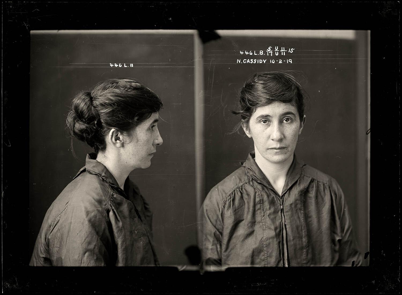 La imagen muestra dos fotografías contiguas de una mujer joven. En la de la de la izquierda, Nellie aparece de perfil. Es morena, lleva el pelo largo recogido en un moño bajo y viste una camisa oscura y arrugada que le queda grande. En la fotografía de la derecha, la joven aparece de frente y mira directamente a la cámara con una mirada triste y resignada. Pulse para ampliar.