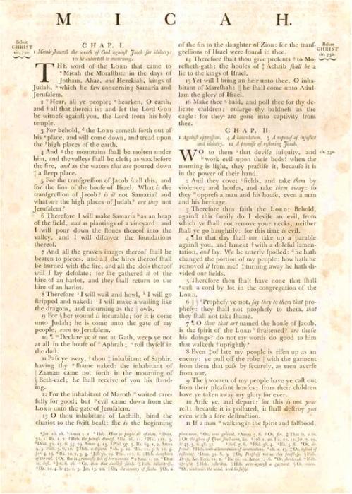 La imagen muestra una página de la Biblia impresa por Baskerville. Exactamente el comienzo del libro de Miqueas, en el Antiguo testamento. Está impresa a dos columnas. Pulse para ampliar.