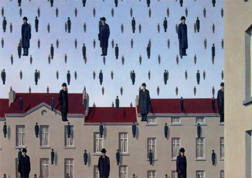 La imagen muestra un paisaje urbano, una calle donde se ve la parte superior de unas casas adosadas. Por toda la parte superior del cuadro  y por delante de las casas aparecen figuritas de hombres vestidos con traje negro, abrigo y sombrero hongo que flotan en el aire y parece gotas de lluvia. Pulse para ampliar.