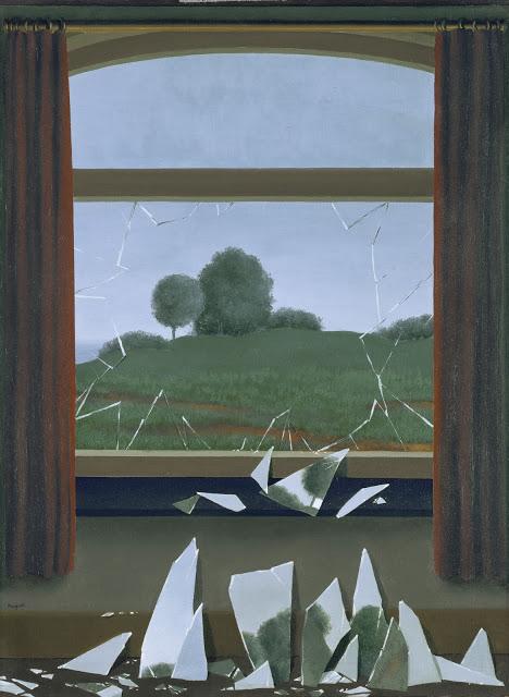 La imagen muestra una ventada desde el interior de una casa. Las cortinas rojas que la adornan están descorridas y vemos un paisaje de campo con árboles a trabé´s de los cristales, solo que el cristal de la parte inferior de la ventana está roto y los trozos caídos en el interior de la habitación. Esos trozos en lugar de ser transparentes, muestran el mismo paisaje que se ve a través de la ventana. Pulse para ampliar.