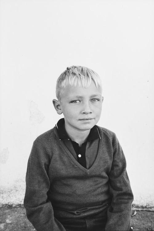 La imagen muestra una fotografía de un niño de unos 10 años, muy rubio, que mira con aire entre pícaro y tímido al fotógrafo. Pulse para ampliar.