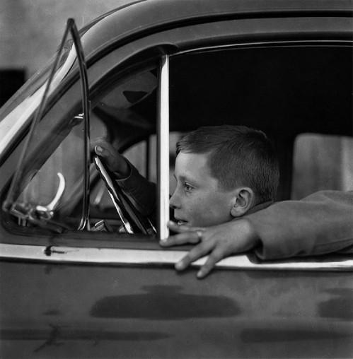 nino-al-volante-de-un-coche-1958