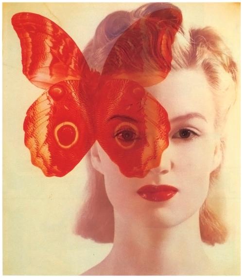 La imagen muestra el primer plano de una mujer rubia, cuidadosamente peinada y maquillada que mira seria al espectador. Enm la parte izquierda de la fotografía aparece sobreimpresa una fotografía de una mariposa de gran tamaño que tapa parcialmente uno de los ojos y el pelo de la modelo. Pulse para ampliar.