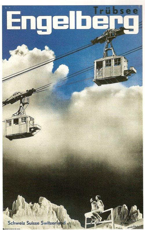 La imagen muestra un cartel donde en la parte inferior se ve a una pareja sentada sobre una valla de madera mirando hacia arriba. Detrás de ellos se observan los picos de unas montañas. Las tres cuartas partes superiores del cartel están ocupadas por la imagen de un cielo lleno de nueves grises y  dos cabinas de teleférico que se cruzan en sentidos opuestos. Pulse para ampliar.