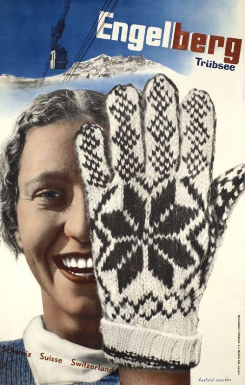 La imagen muestra un cartel en el que en la parte superior aparece el nombre de la estación de esquí (Engelberg) ligeramente en diagonal. Justo debajo se ve el perfil de las cumbres de unas montañas muy lejanas y sobre ellas, la fotografía de un teleférico. Y bajo todo ello y ocupando las tres cuartas partes del cartel, la cara de una chica sonriente que tapa la mitad de su cara con la mano enfundada en un guante de lana con dibujos geométricos. Pulse para ampliar.