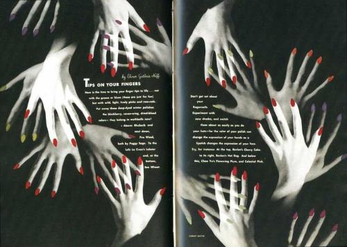 La imagen muestra una doble página de una revista. El fondo de las dos páginas es negro. En la parte central se distribuye un texto escrito en letras blancas que está maqueado en forma de óvalo. Y rodeando al texto aparecen una multitud de manos femeninas superpuestas con las uñas pintadas de rojo. Pulse para ampliar.