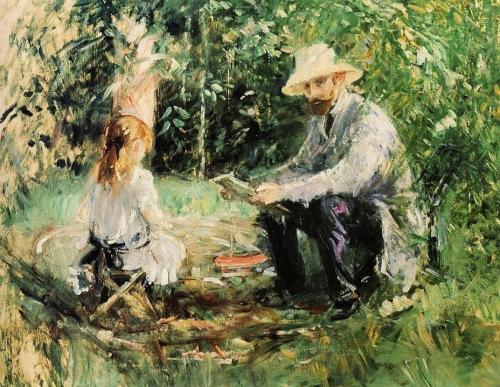 La imagen muestra a la niña sentada sobre una silla plegable, de espaldas y ensimismada en algún juego. A su lado, su padre, sentado también en un banco bajo y tocado con un sombrero de paja, levanta la vista de lo que está leyendo para mirarla. Pulse para ampliar.