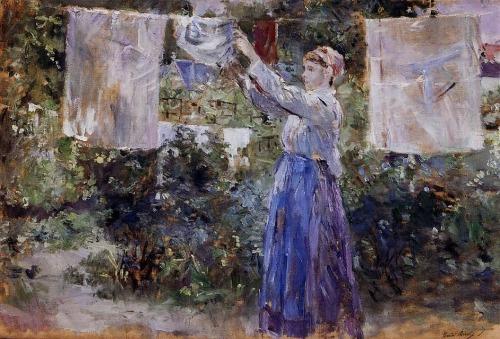 La imagen muestra un jardín donde una mujer vestida con falda y camisa azules tiende la ropa en una cuerda atada entre dos árboles. Pulse para ampliar.