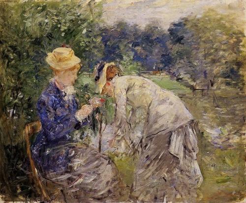 La imagen muestra a dos mujeres en medio del parque parisino. Una de ellas está sentada y observa atentamente una flor que tiene entre las manos. La otra está de pie a su lado y se agacha para arreglar algo que no podemos ver. Pulse para ampliar.