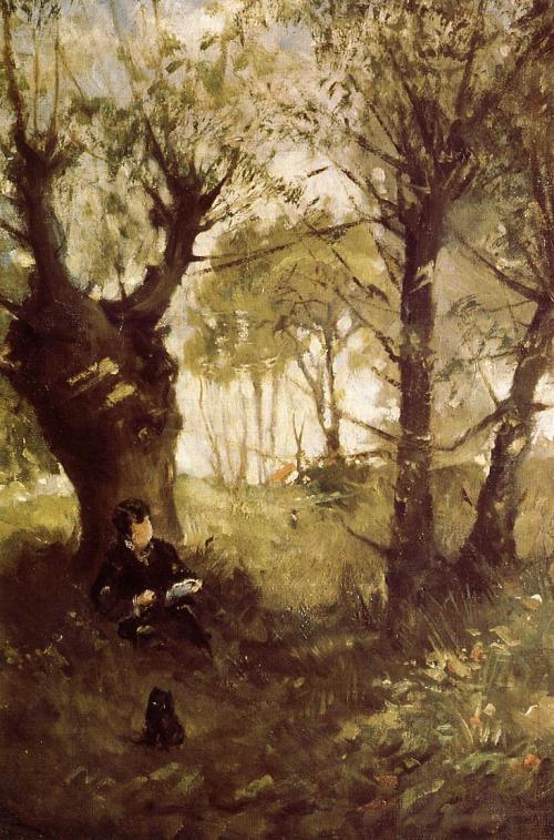 La imagen muestra un paisaje en el que se ve un camino en el bosque. A ambos lados hay árboles que dan sombra a ese camino mientras que al fondo se aprecia más claridad. En uno de los árboles de la izquierda se puede ver una mujer sentada en el suelo con la espalda apoyada en el tronco, que está leyendo tranquilamente. Pulse para ampliar.