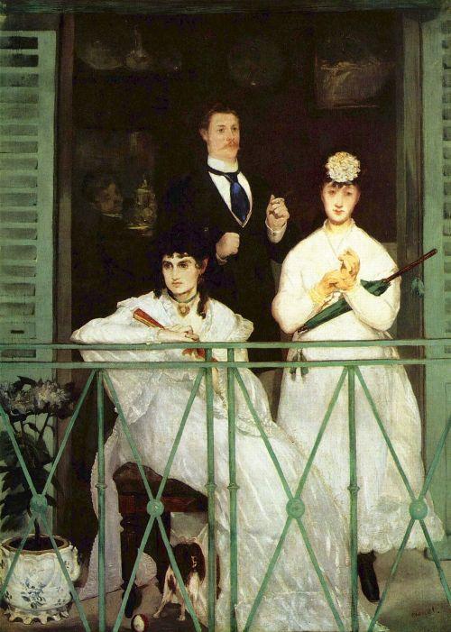 La imagen muestra un balcón al que se asoman tres personas. Dos mujeres están en primer plano: una sentada a la izquierda y otra de pie, un poco más atrás, que se está abrochando los guantes mientras sostiene un paraguas. Detrás de ambas un hombre de pie mira hacia el espectador mientras se fuma un cigarro. Pulse para ampliar.