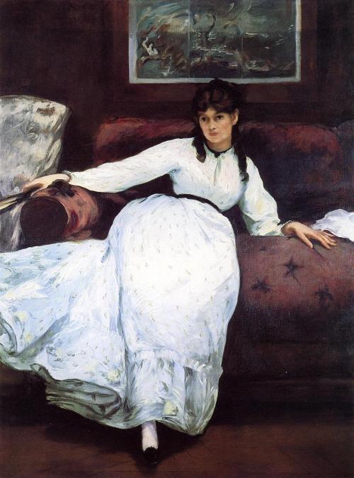 La imagen muestra una mujer vestida de blanco reclinada sobre un sofá tapizado en tela púrpura. lLa mujer parece mirar al espectador aunque sus ojos están un poco ensombrecidos. Pulse para ampliar.