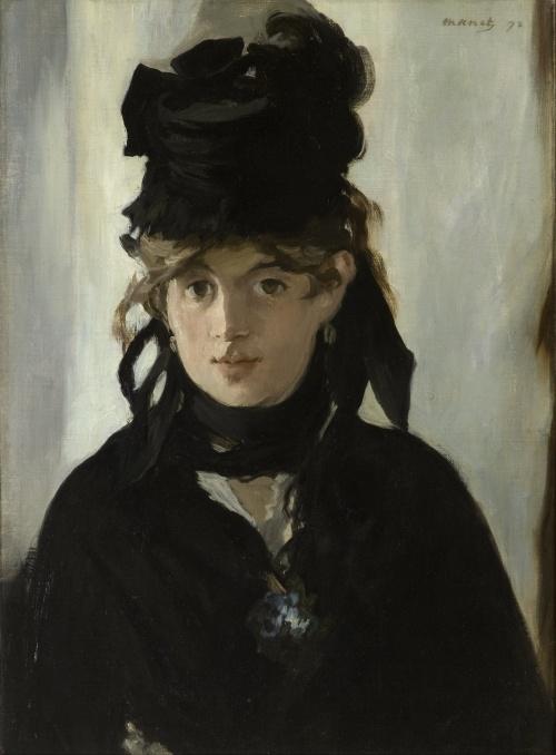 La imagen muestra un primer plano de Berthe, que mira fijamente al espectador con sus grandes ojos oscuros. Va completamente vestida de negro, con un pañuelo negro alrededor del cuello y un sombrero negro adornado con un gran lazo. Pulse para ampliar.