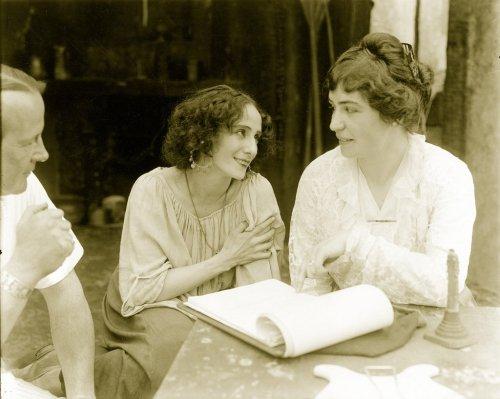 Sentadas a una mesa están las dos mujeres. Paulo a a la izquierda se lleva una mano al corazón y mira a Weber, que le devuelve la mirada con una sonrisa. Pulse para ampliar.