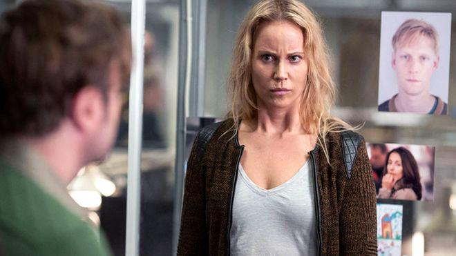 La actriz sueca Sofia helin interpretando a la policía Saga Noren, una mujer de gran inteligencia pero con graves problemas para entablar relaciones personales